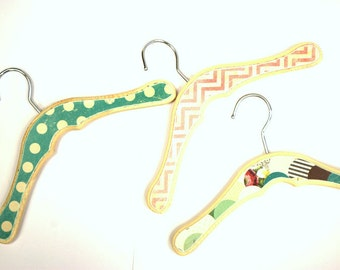 Baby Hangers, Wooden kids clothing Hangers, Decorative Coat Hooks, Display,Photo Prop, Polka dot, Chevron, Scallop, Colorful Wood hangers
