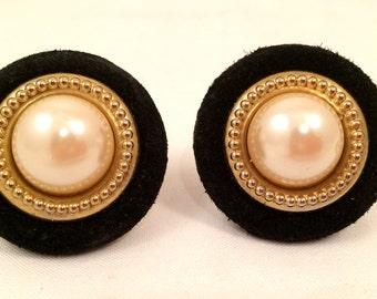 Black Suede Disc Golden Metal Ring Pearl Domed Classic Large Bottom Clip on Earrings True Vintage Gold talkingfashion artedellamoda Jewels