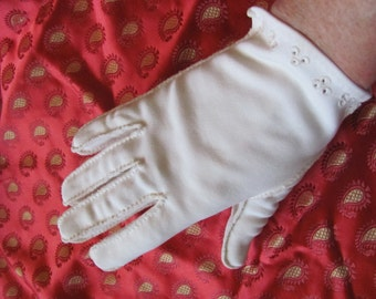 Gloves Vintage Ladies Ivory Crescendoe Wrist Gloves - Size 7
