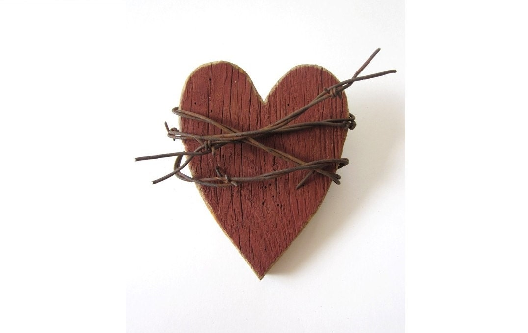 Rustic heart red heart wooden heart wall decor barbed for Wooden heart wall decor