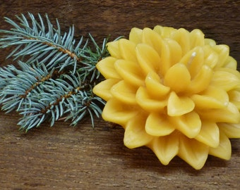 100% Beeswax Dahlia Floating Candle