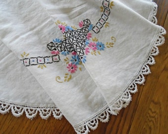 Vintage Embroidered Tablecloth / Round Tablecloth / Pink Flower Baskets / Hand Embroidery / White Lace Edging / Card Tablecloth / Tea Party