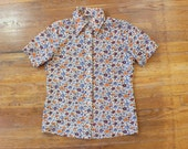 1970's Floral BLOUSE / Vintage Women's Button Up / Short Sleeve Top with Flowers