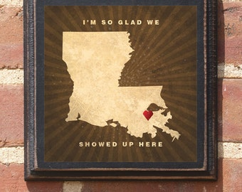 """Louisiana LA """"I'm So Glad We Showed Up Here"""" Wall Art Sign Plaque Gift Home Decor Custom Location Personalized Color Vintage Style Antique"""