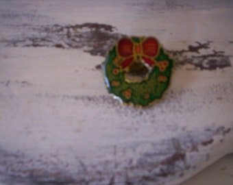 Vintage wreath pin/Chistmas pin/Reused pin/Vintage jewelry/Cristmas wreath pin/Holiday pin/Holiday decor/Gold, green and red wreath pin
