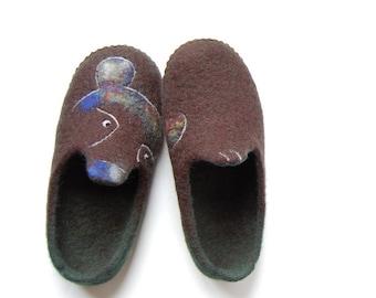 Bear art slippers gift for him , Men felted slippers , Brown green wool house shoes , Handmade felt 8,5US