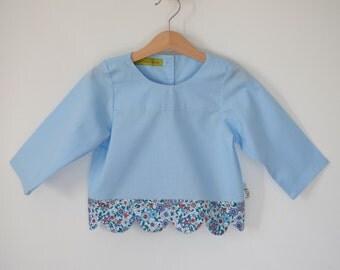 Blouse - tunique fille - bleu imprimé fleurs -  finition vagues - col rond - fermeture dos boutons