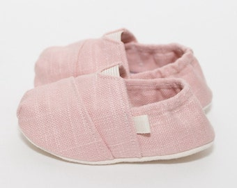 "Handmade ""Tom Style"" Baby Crib Shoes in a Pale Pink Linen - College University Wear"