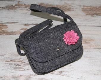Little dark grey handmade purse for girls, felt purse, handbag, shoulder bag with pink flower