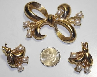 Exquisite Vintage Signed Richelieu faux pearl brooch and earrings set. #53d.
