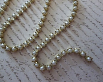 White Pearl 2mm cup chain in brass settings (6ss)