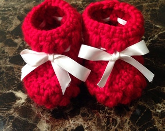 Crochet babie booties with ribbon