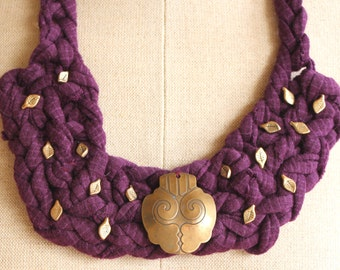 Crochet assemblage serie: Jersey necklace with medalion and leaves