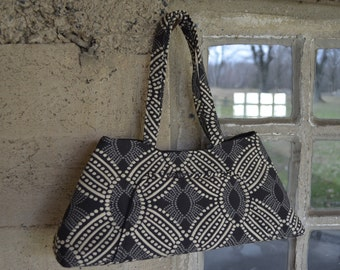 Purse with Pockets and Magnetic Closure