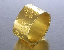 French Riviera, flat wide band in 18k yellow gold