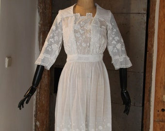 1910s Very Feminine White Cotton Dress with Flower Embroideries