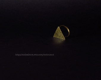 Ring hammered in brass, small triangle