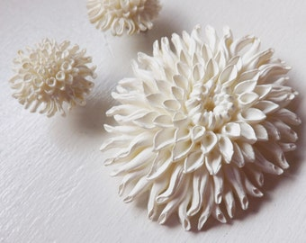 1950s Featherweight Bubbleite Featherlite floral chysanthemums celluloid white wedding cake pin brooch and clip earrings set