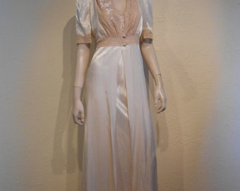 Decadence of Life - Vintage 1940s WW2 Ivory Champagne Satin & Delicate Lace Peignoir Set - 2/4