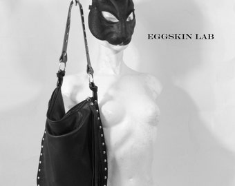 JURA BAG è una borsa fatta di una morbida pelle italiana. E' contornata da doppie cuciture e da rivetti arrotondati color argento antico..