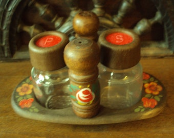 French vintage. salt and pepper shakers with their flowered tray and dating back to the 1960s.