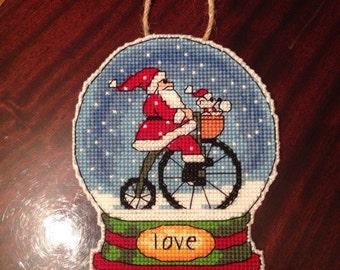 Чудесная новогодняя игрушка ручной работы.Дед Мороз на велосипеде.