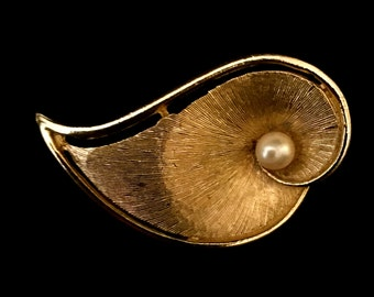 60's Large Pearl Center Gold Leaf Brooch                    VG1294