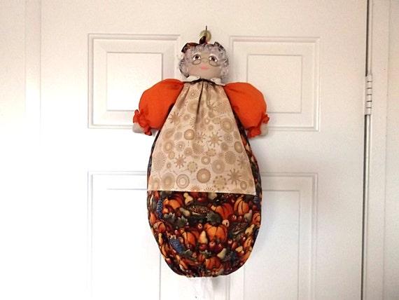 sac plastique titulaire granny poup e pour le rangement sacs. Black Bedroom Furniture Sets. Home Design Ideas