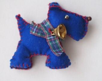 Cane Inglese tridimensionale con campanella ,impunture a contrasto e collare scozzese