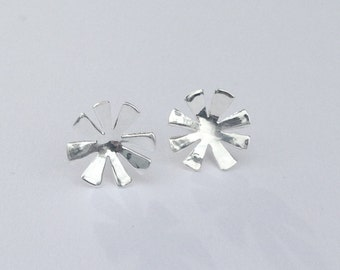 Silver curved star post earrings