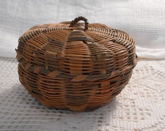 Woven Round TAN & EARTH BROWN Straw Basket + Buttons, Bamboo Radiating Design, Handmade Wicker, Cover and Loop, Sewing Jewelry Trinkets