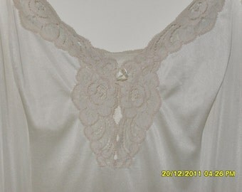 Vintage 70s Vanity Fair Slip With Lace Trimmed Bodice, Size 40