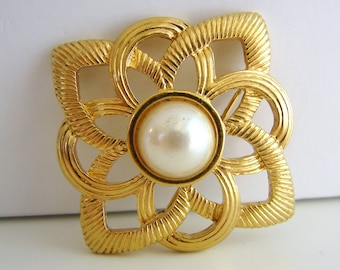Vintage gold flower brooch with white pearl accent (H10)