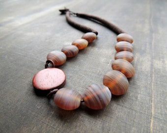 Sale 50 %: Glass leather crochet and a pebble for this caramel colored necklace