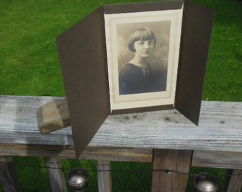 Lovely antique parlor photo - beautiful flapper woman