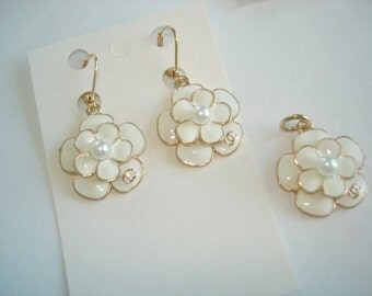 Flower Earrings Pendants  Dangle White Flower Gold Tone
