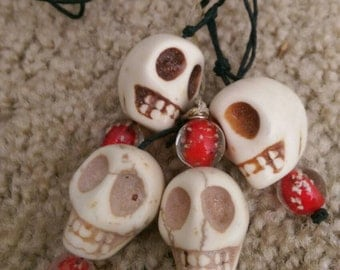 Skull necklace on hemp with glow speckled bead