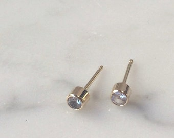 White Sapphire stud earrings (14K yellow gold)