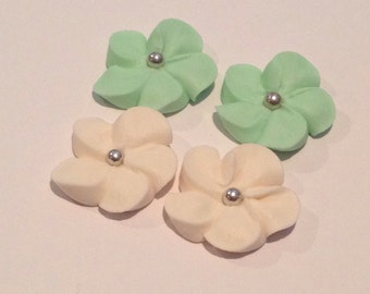 lot of 100 royal icing flowers with silver center for cake decorating