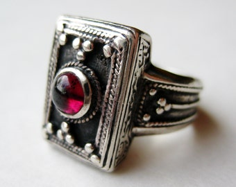 Vintage Ring Jeweled Garnet Sterling Silver Filigree Art Deco Ring size 5.5