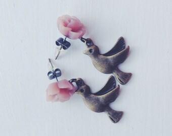 hum hum hummingbird -earrings (bronze hummingbird bird swallow charms pink rose cabochon)