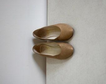 Vintage Joan & David gold striped heels / retro metallic Italian pumps / women's size 6B