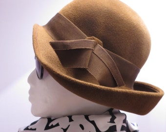 SALE///Vintage 1940's Cocoa Velveteen Felt Cloche Hat With Decorative Bow