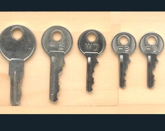 5 Small, Metal Keys for Arts and Crafts Projects - 4 Different Sizes