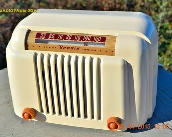 SMART Looking 1947 Ivory Bendix Aviation Model 526a Bakelite AM Tube AM Radio Works!