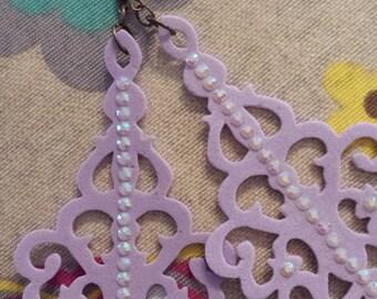 SPEDIZIONE GRATUITA! Orecchini chandelier in fommy color lilla