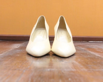 Classic Off-White Vintage Ettienne Aigner Pumps *FREE SHIPPING* Bridal Shoes Heels Womens Size 8
