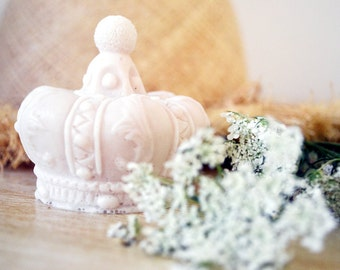 Collection White scented soaps, to use or to decorate ... Soap Crown