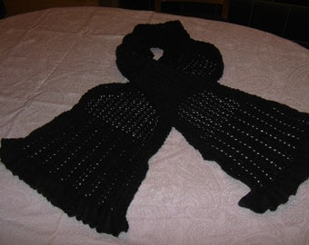 Knitted scarf with lace pattern