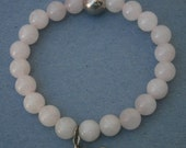 A412) A lovely retro stretchy rose quartz bead gemstone bracelet with 925 sterling silver heart charm pendant
